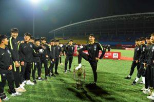 韓国サッカートルフィー踏みつけ